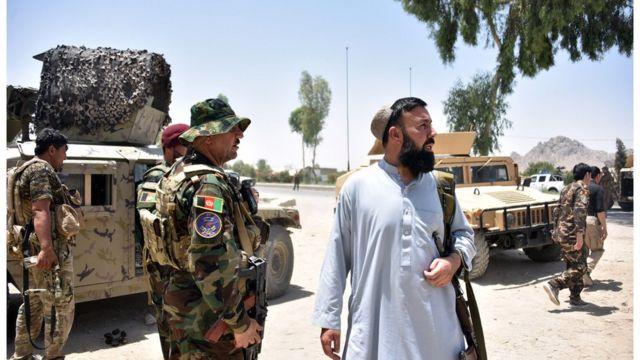 أفراد الأمن الأفغان يقفون حراسة على طول الطريق وسط القتال المستمر بين قوات الأمن الأفغانية ومقاتلي طالبان في قندهار