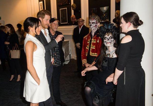 영국 해리 왕자와 매건 마클 왕자비가 뉴질랜드에서 핼러윈 복장을 한 주민과 만나고 있다