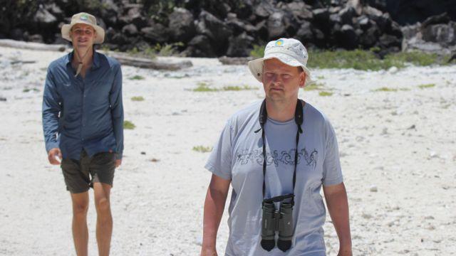 Rattenborg, der. junto a Ryan Tisdale, del equipo de campo de la investigación en Galápagos.