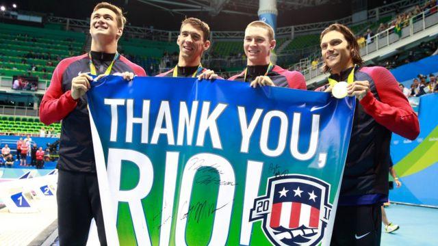 Michael Phelps junto a sus compañeros del equipo de natación de Estados Unidos.