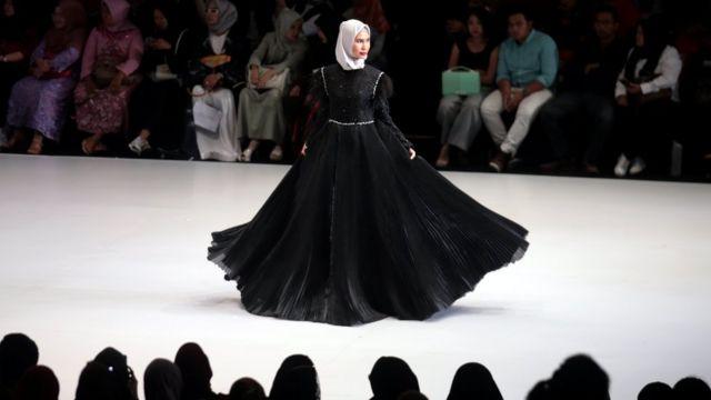 Seorang model memperagakan rancangan Leni Rafael pada acara Indonesia Fashion Week di Jakarta, 31 Maret 2018 lalu.