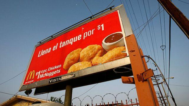 Letrero en español de McDonalds en Los Ángeles, California, Estados Unidos.