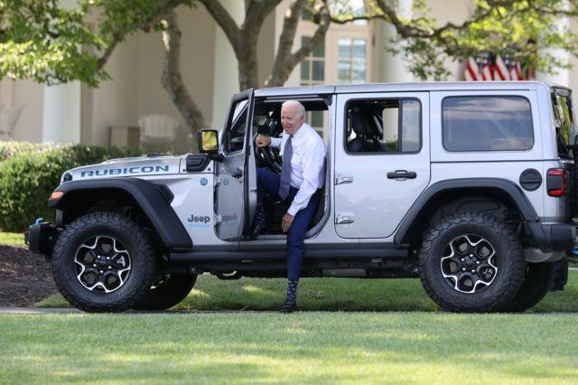 جو بایدن فرمان اجرایی خود را در کنار چند ماشین الکتریکی در کاخ سفید اعلام کرد