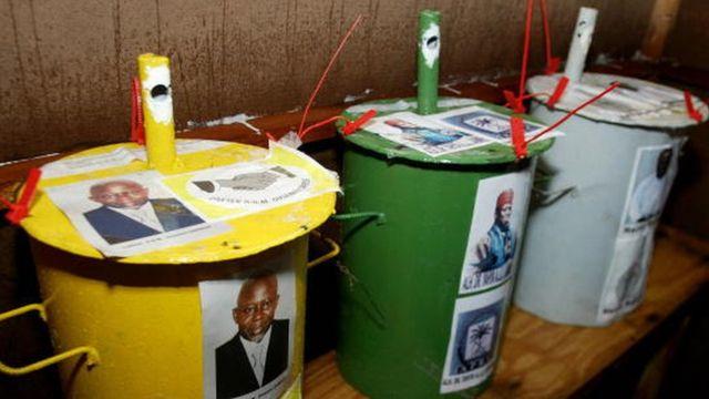 Pour faciliter le processus, la photo de chaque candidat a été fixée sur le baril.