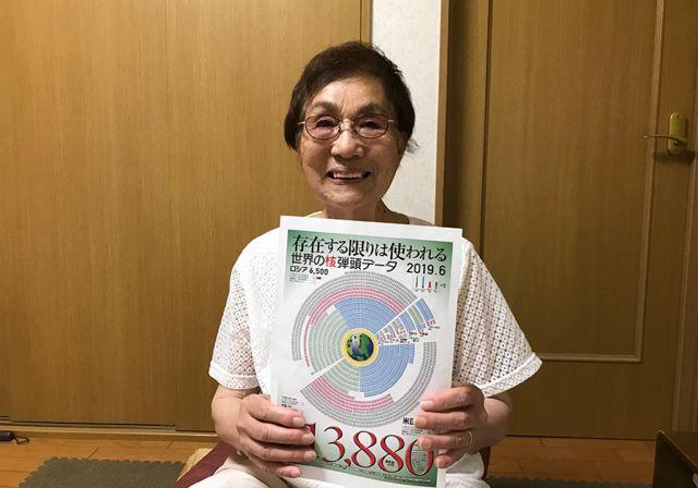 Emiko Okada, sobrevivente da bomba atômica em Hiroshima, mostra diagrama com número de armas nucleares no mundo em junho de 2019