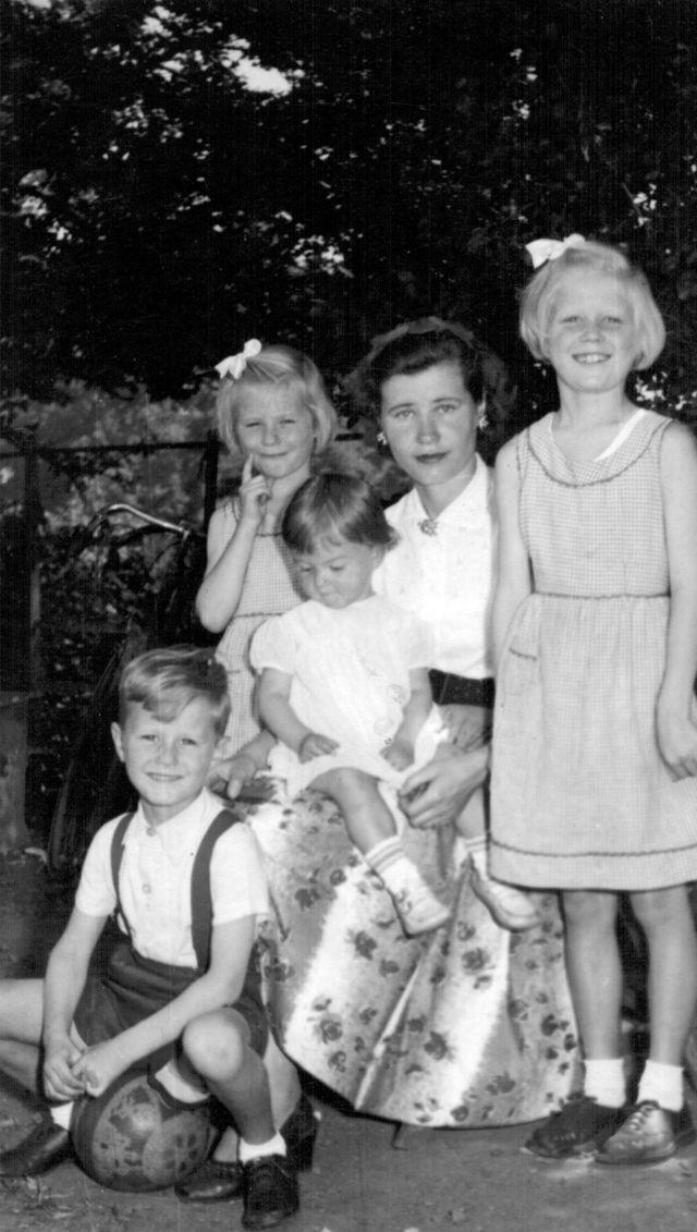 1955'te Connecticut'ta çocukları George, Küçük Kristina, Elizabeth, ve Alice'le birlikte.