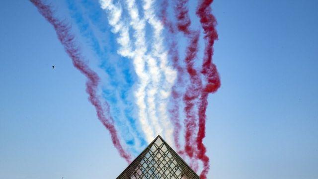 Самолеты над Лувром