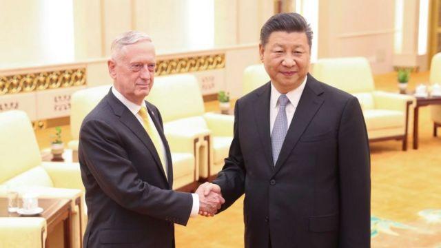 3日間の予定で中国を訪問したマティス長官(写真左)は習近平主席(同右)と会談した(27日、中国・北京の人民大会堂で)