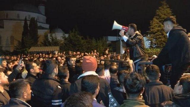 Küçükçekmece'de protesto gösterisi düzenleyenlere hitap edilirken