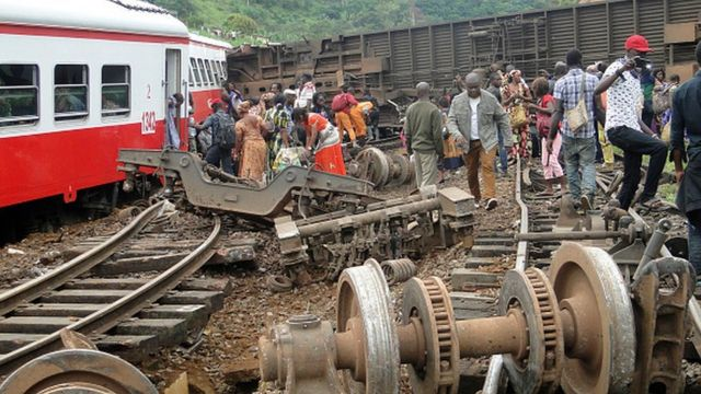 """Des proches de victimes pensent que des ''défaillances et négligences"""" sont à l'origine de l'accident du train de la société Camrail."""