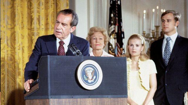 نيكسون يودع موظفي البيت الأبيض بعد إعلان استقالته