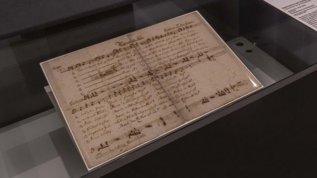 Documento com cifra e letra da música é mantido no museu de Salzburgo