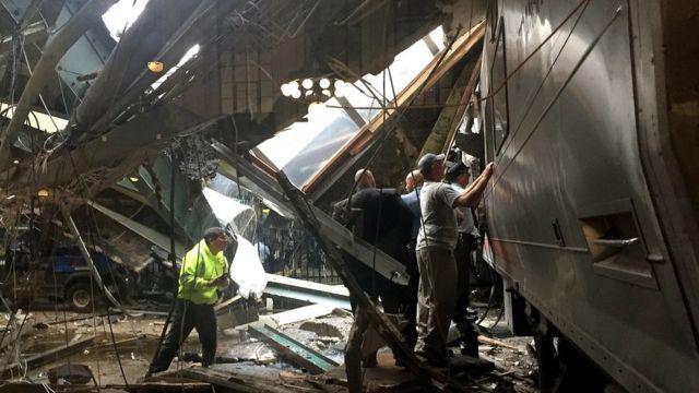 Tren y techo colapsado en la estación Hoboken, en Nueva Jersey.