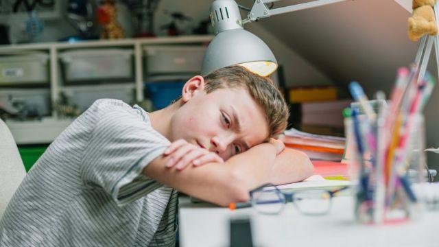 Un joven aparentemente frustrado.