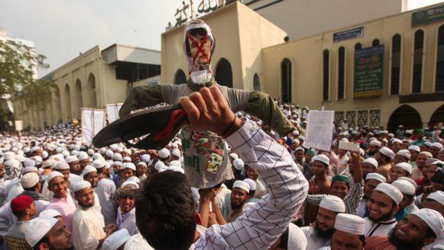 বায়তুল মোকাররমের সামনে বিক্ষোভরত হেফাজতের সমর্থকরা