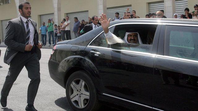 Emir do Catar acena de sua limusine