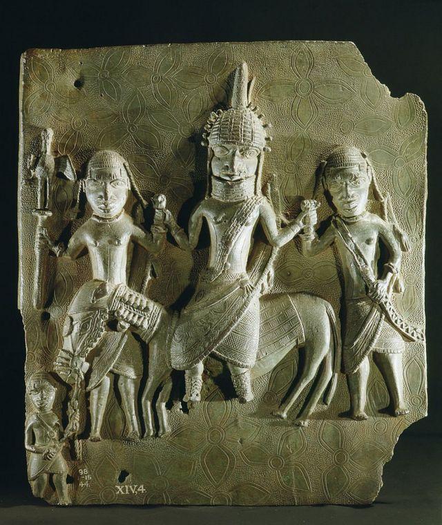 নাইজেরিয়ায় বেনিনের রাজা ওবা তার দুই সামন্ত সাথে নিয়ে ঘোড়ার পিঠে বসে আছেন এমন একটি পিতলের মূর্তি