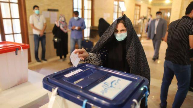 سيدة إيرانية تدلي بصوتها في الانتخابات الرئاسية الأخيرة