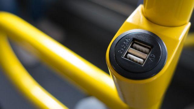 Puerto USB en un medio de transporte.