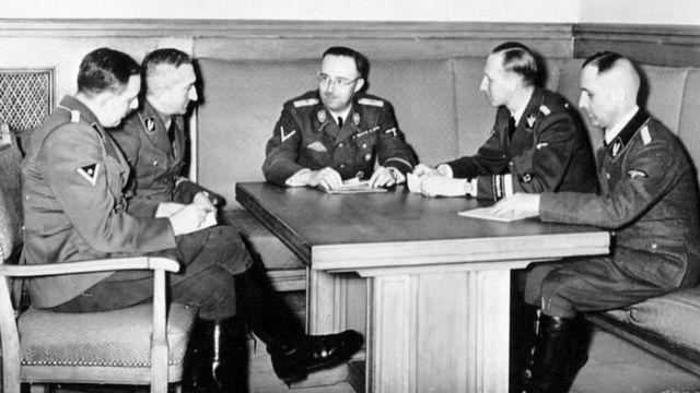 Губер (крайній зліва) на нараді з іншими генералами СС