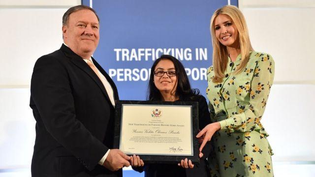 El secretario de Estado de EE.UU. Mike Pompeo e Ivanka Trump entregan a Violeta Olivares el premio Héroe del Reporte de Trata de Personas 2018.