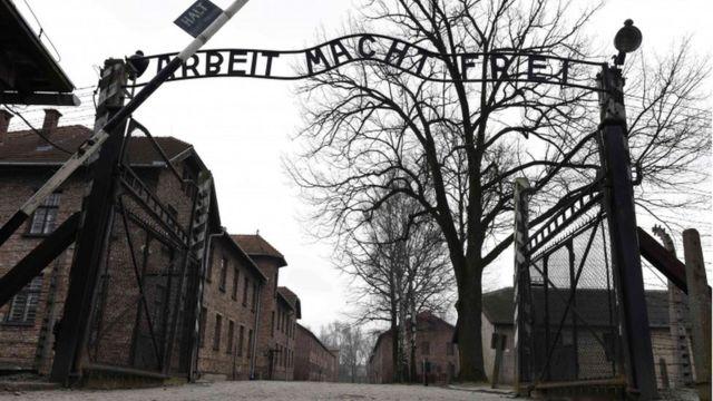 Puertas de ingreso al campo de concentración Auschwitz.