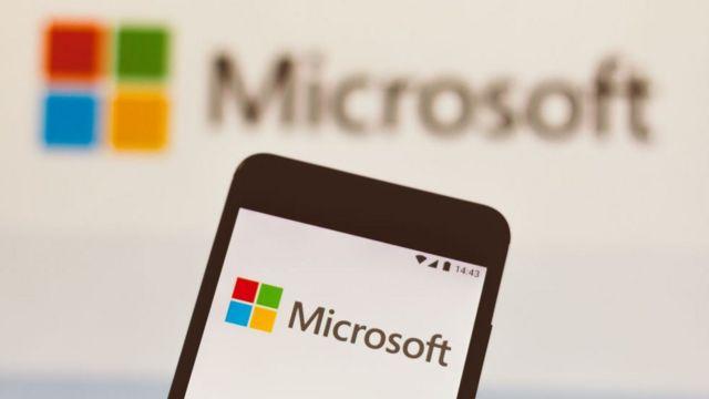 Celular inteligente con el logo de Microsoft.