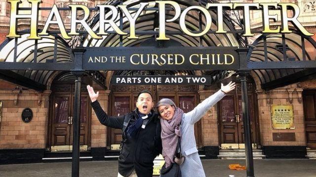 Ernest dan istrinya, penggemar Harry Potter.