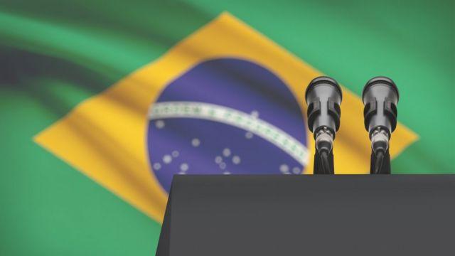 Palanque com bandeira do Brasil ao fundo