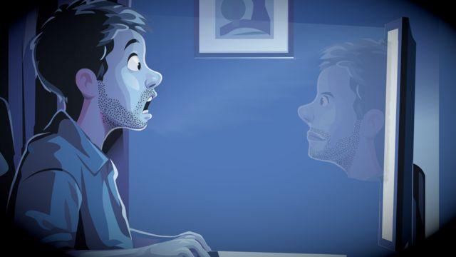 un homme se voit sur l'écran