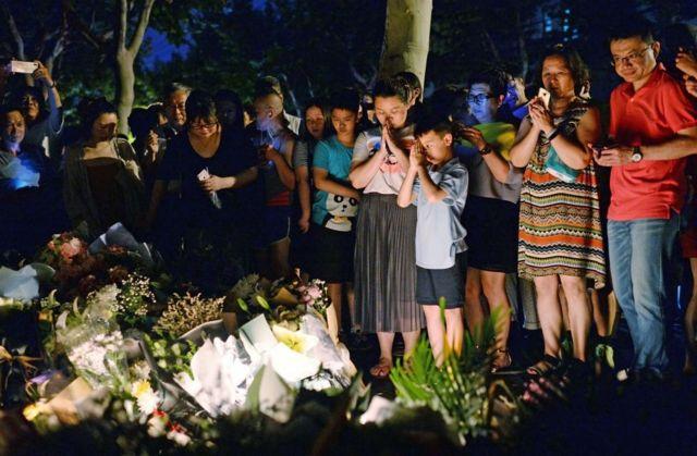 上海市民在上海世界外國語小學附近點燭光悼念遇難的孩子。