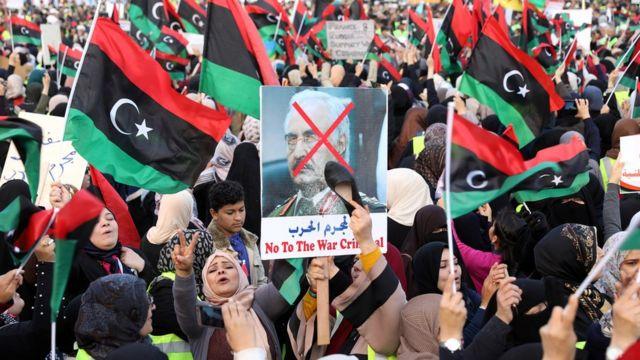 روز جمعه شهروندان طرابلس در اعتراض به پیشروی نیروهای ژنرال حفتر به سوی پایتخت به خیابانها آمدند.