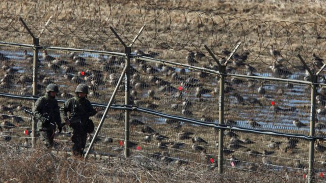 Soldados de Corea del Sur patrullan cerca de la Zona Desmilitarizada que divide a las dos Coreas.