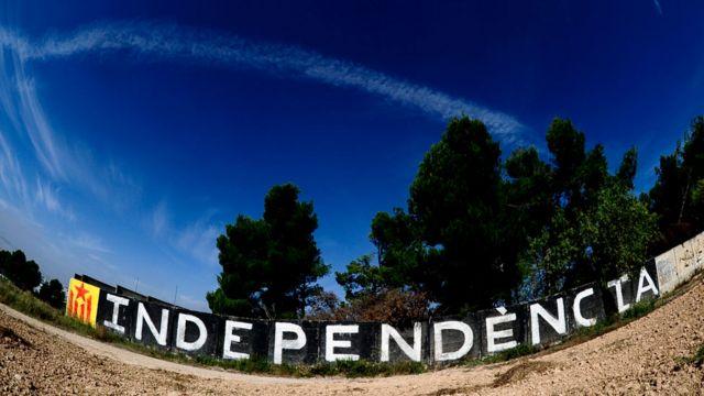 """Cartel que dice """"Independencia"""" en catalán."""