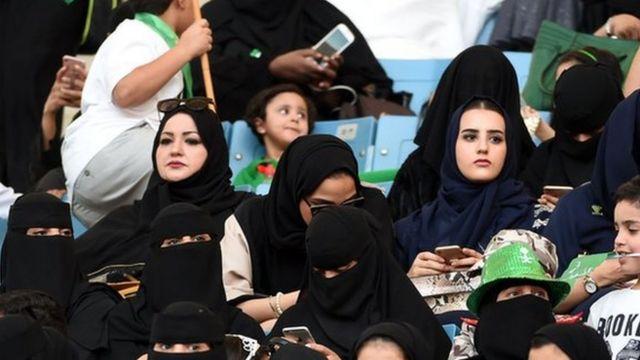 Kadınların stadyumlara girişlerine iki yıl önce izin verilmeye başlandı.