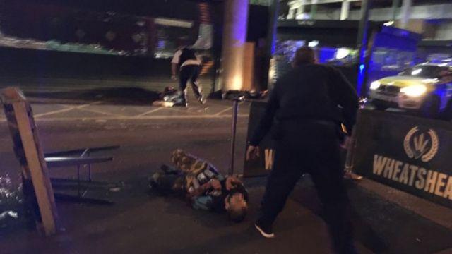 التقط مصور صورة للمهاجمين بعد مقتلهم