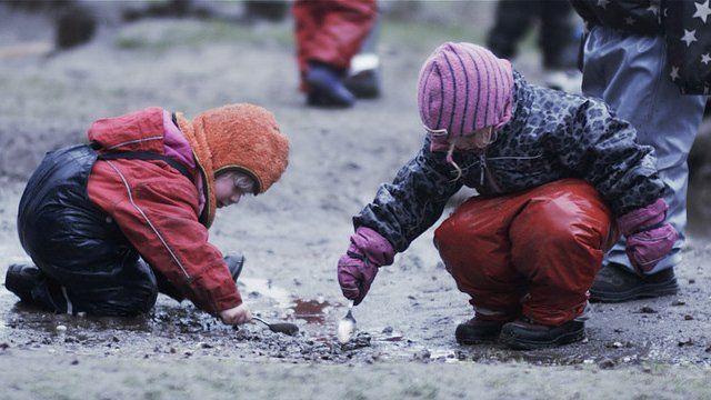 """Crianças brincam com terra em cena do documentário """"Nature Play"""""""