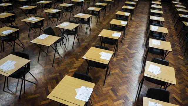 مقاعد خالية بانتظار وصول الطلاب لأداء امتحانات الثانوية العامة بمدرسة في ويلز