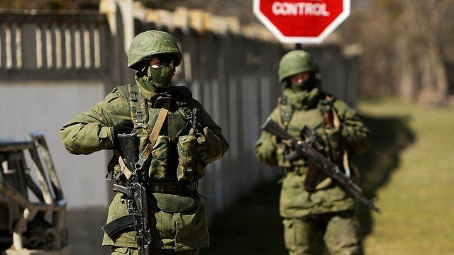 Soldados sin identificación en Ucrania.