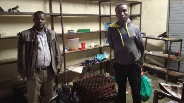 Un Ethiopien dans sa boutique vandalisée