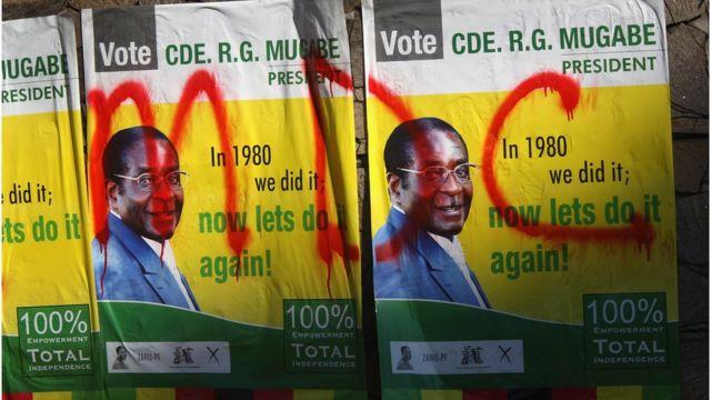 Picha za Mugabe ziliandikwa ujumbe wa chama cha upinzani cha Movement for Democratic Change mjini Harare, Zimbabwe -tarehe 27 Juni 2008