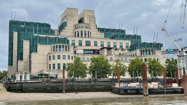 Londra'daki Thames nehri kıyısında bulunan MI6 merkezi