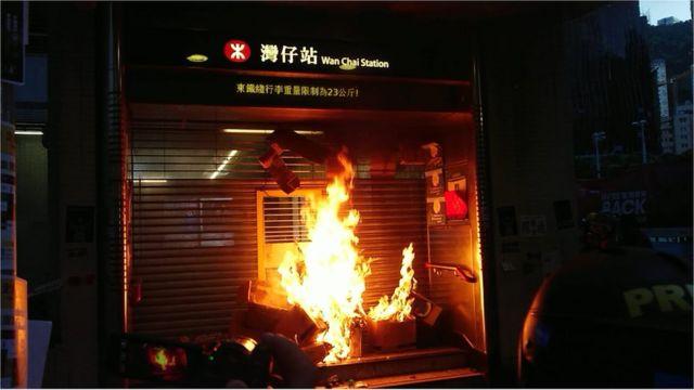 有人在灣仔地鐵站外放火。