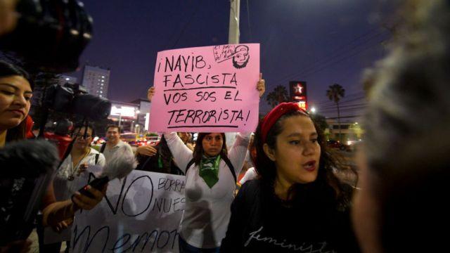 """Protestas contra el llamado """"bukelazo""""."""