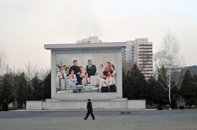 Изображение Ким Ир Сена и Ким Чен Ира в школьном классе компьютерных технологий