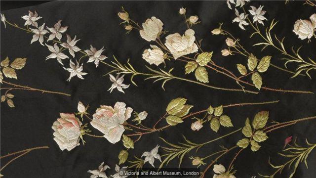 这是19世纪末制作的一条丝绸料子的细节图,上面精美地绣着玫瑰花纹。(Credit: Victoria and Albert Museum, London)