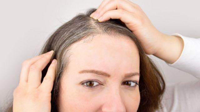 Mulher com cabelo grisalho