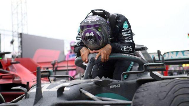 Hamilton, emocionado tras vencer en Turquía.