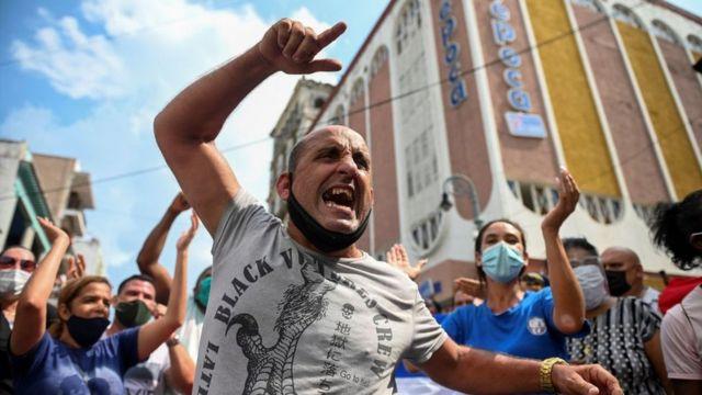 Un hombre protesta en La Habana