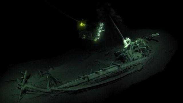 اكتشف علماء الآثار الغارقة أقدم حطام سفينة متماسك (في الصورة أعلاه)، وهو لسفينة تجارية يونانية تعود إلى عام 400 قبل الميلاد تقريبا
